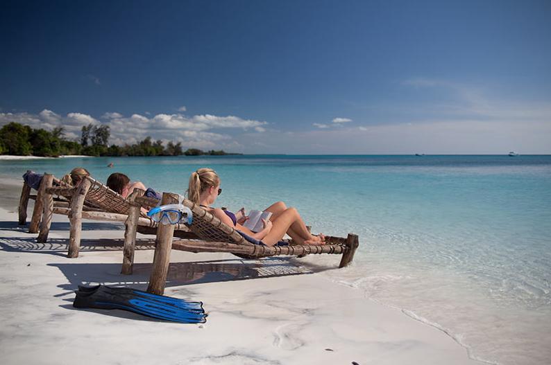 relaxen op het strand aan de blauwe zee